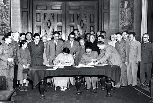 最初の中日民間貿易協定の調印式...